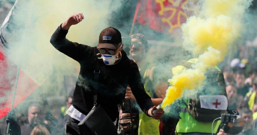 La violence du gilet jaune explose en France alors que les manifestants incendient des voitures - World News