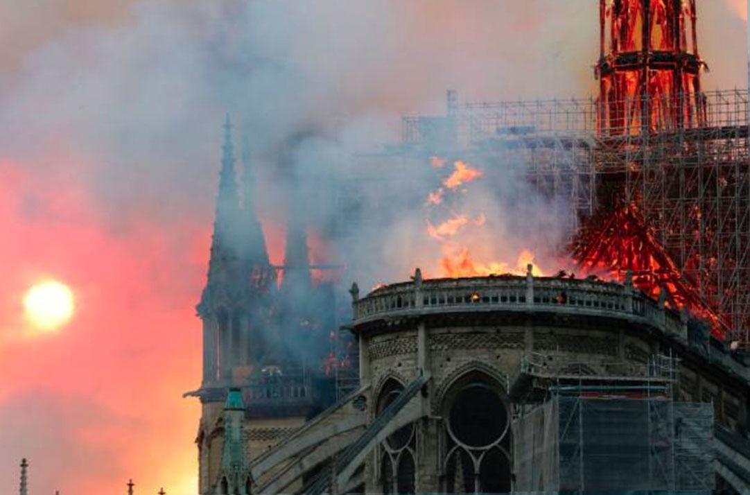 Image de Notre Dame avec la tour manquant