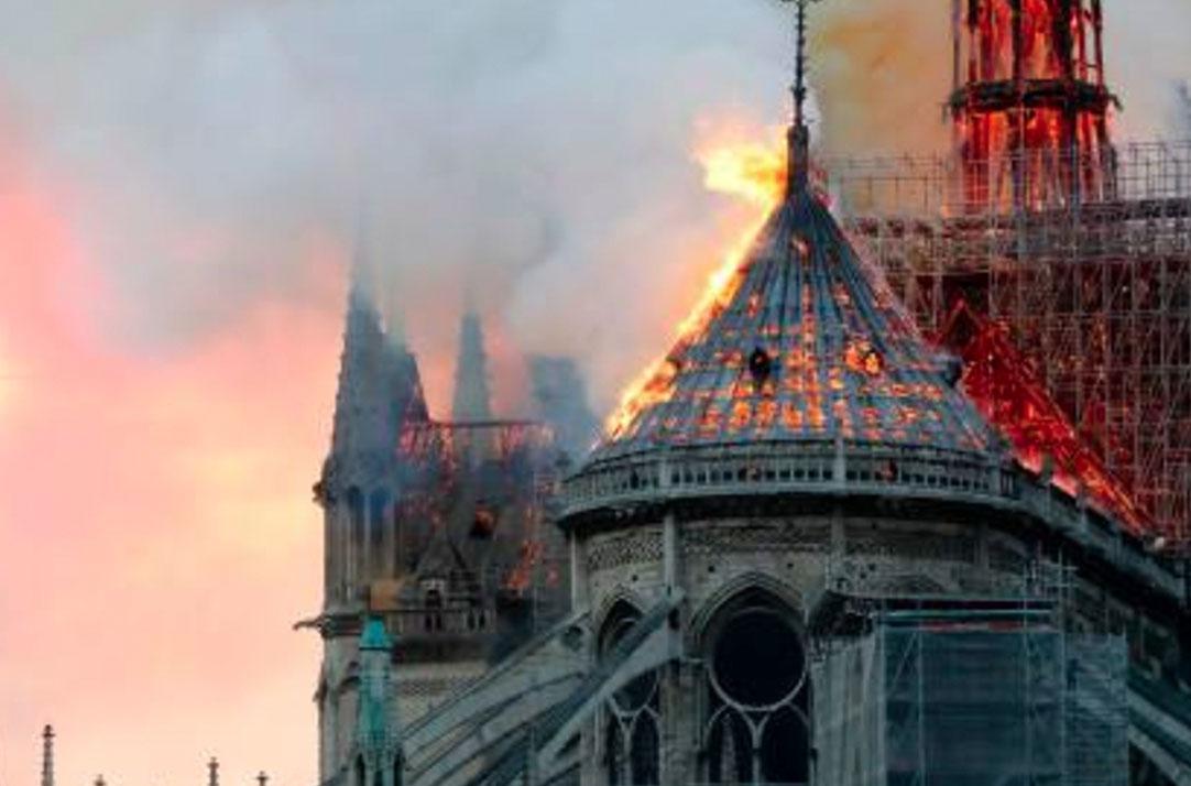 Image de Notre Dame avec la tour en feu