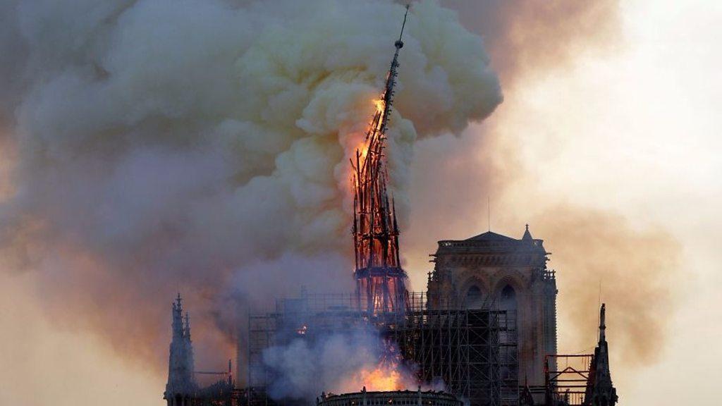 Cathédrale Notre-Dame: les pompiers s'attaquent au feu à Paris