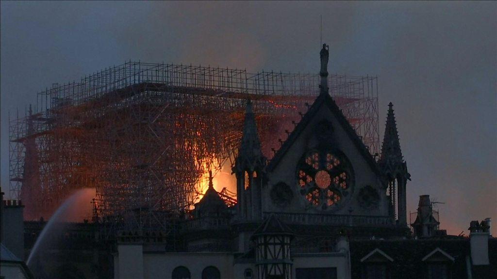 Incendie Notre-Dame: Macron s'engage à reconstruire la cathédrale