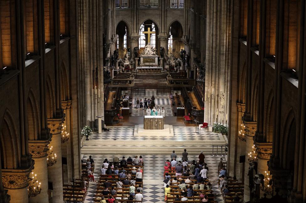 Regardant vers le bas les personnes assistant à un service de messe dans la cathédrale