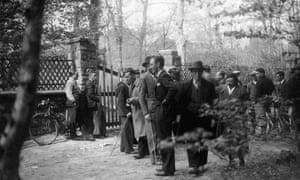 Journalistes et photographes devant la maison de Trotsky à Barbizon, France, 1934.