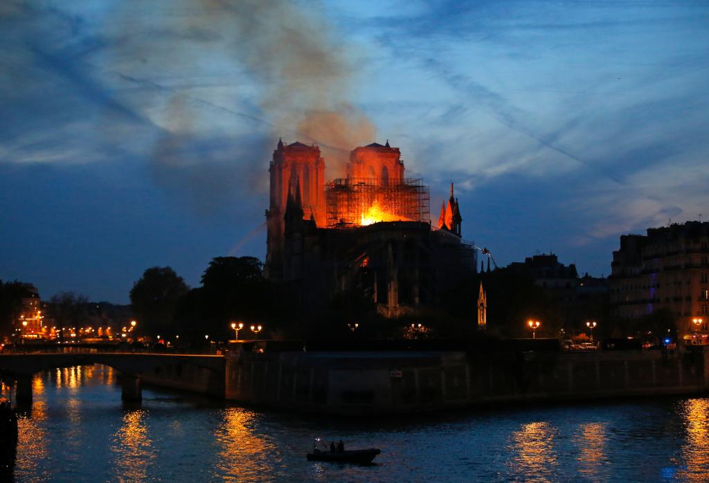 Dernières nouvelles: le dirigeant français s'engage à reconstruire notre Dame endommagée