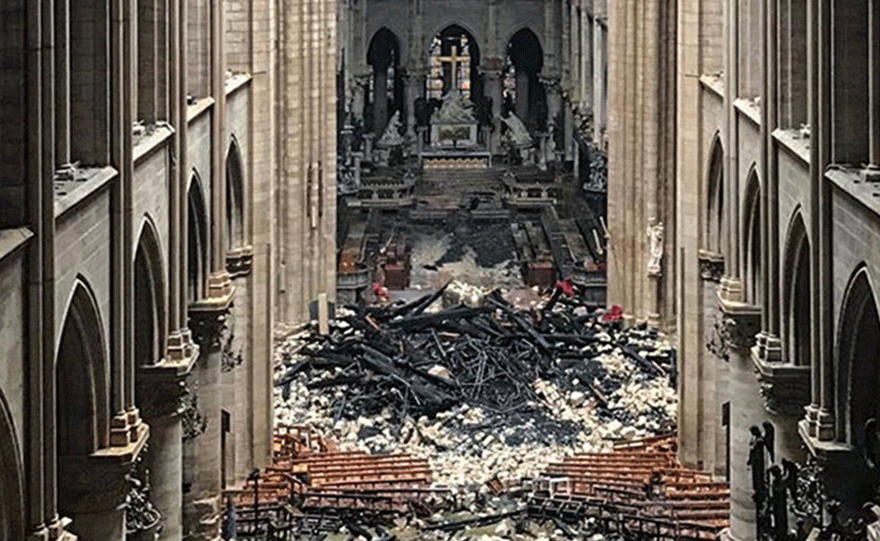 Les débris de la flèche tombée à l'intérieur de Notre Dame