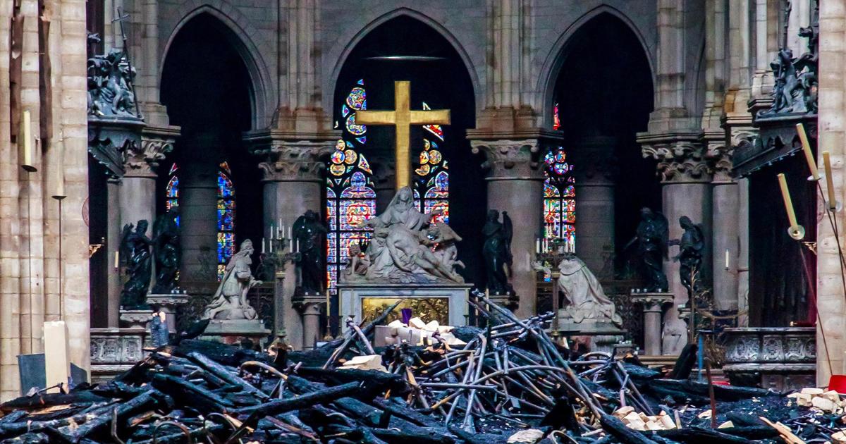 Un incendie brûle la cathédrale Notre-Dame à Paris