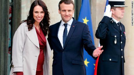 Le président français Emmanuel Macron a souhaité la bienvenue à Jacinda Ardern, première ministre de la Nouvelle-Zélande, l'an dernier à Paris.