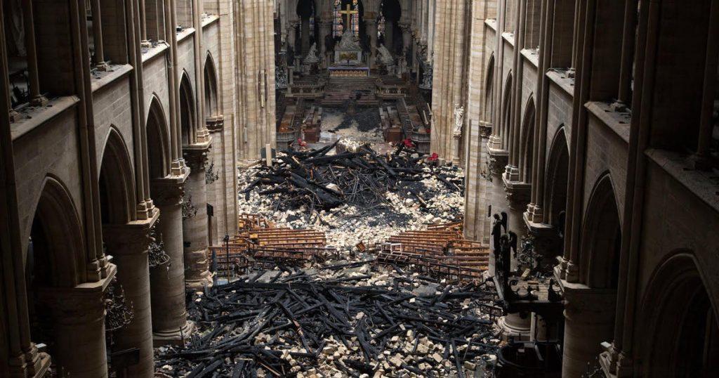 Les incendies à la cathédrale Notre-Dame restent un mystère alors que les travailleurs se précipitent pour sécuriser la structure affaiblie de Notre-Dame aujourd'hui - Live updates