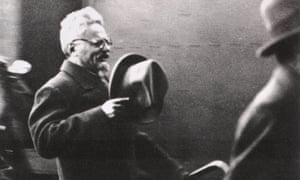 Le dirigeant communiste russe exilé Leon Trotsky est arrivé à Paris après s'être vu proposer l'asile en France, en 1933.