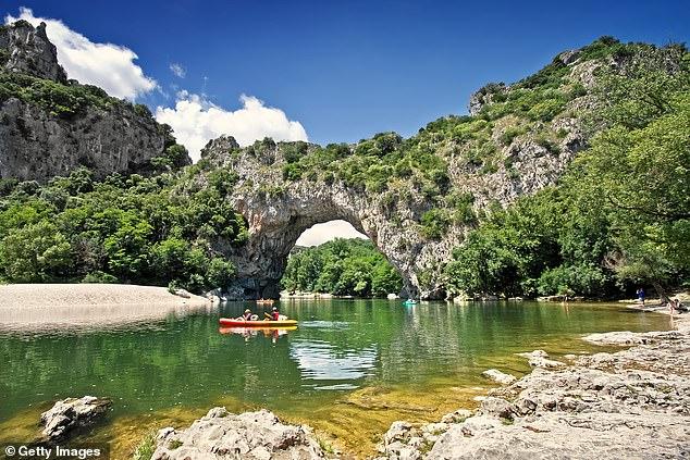 Le parc situé dans le sud-est de la France est réputé pour ses caractéristiques naturelles, notamment le célèbre pont naturel du pont d'Arch (photo).