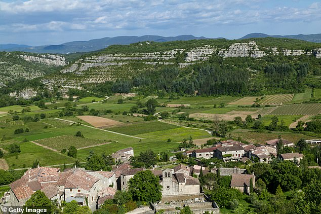 Les visiteurs du parc peuvent faire du camping ou voir certaines des vallées et villages emblématiques de la région.