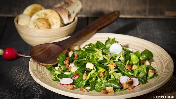 Une salade à base de laitue d'agneau, de radis et de croûtons (photo: picture-alliance)