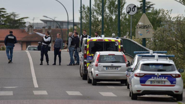 La police sécurise la zone autour du magasin où des personnes sont retenues en otage