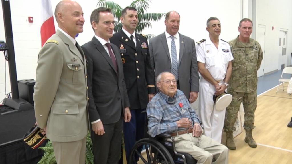 Le consulat de France rend hommage à un ancien combattant de la Seconde Guerre mondiale à Alachua