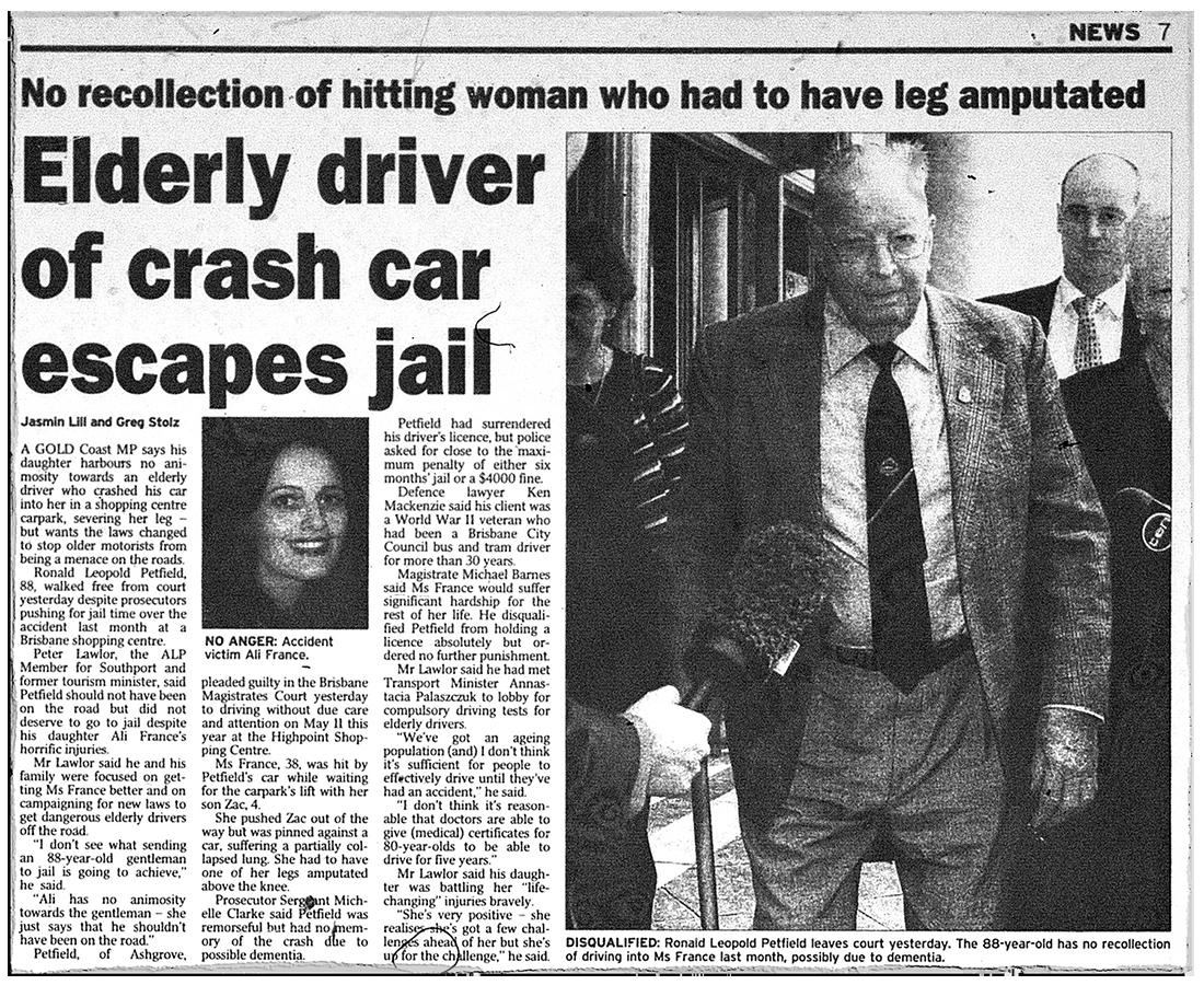 """Une coupure de presse montre un article intitulé """"Un conducteur âgé de voiture de trésorerie échappe à la prison"""", avec une photo d'Ali France"""
