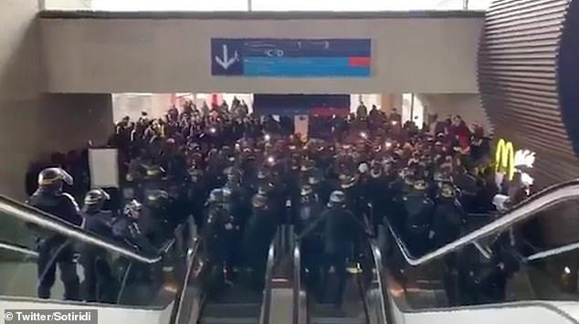 La manifestation était organisée par le groupe de soutien aux migrants La Chapelle Debout dont les membres s'appellent eux-mêmes Black Vests