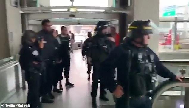 La situation a finalement été maîtrisée par des dizaines de policiers français en tenue anti-émeute