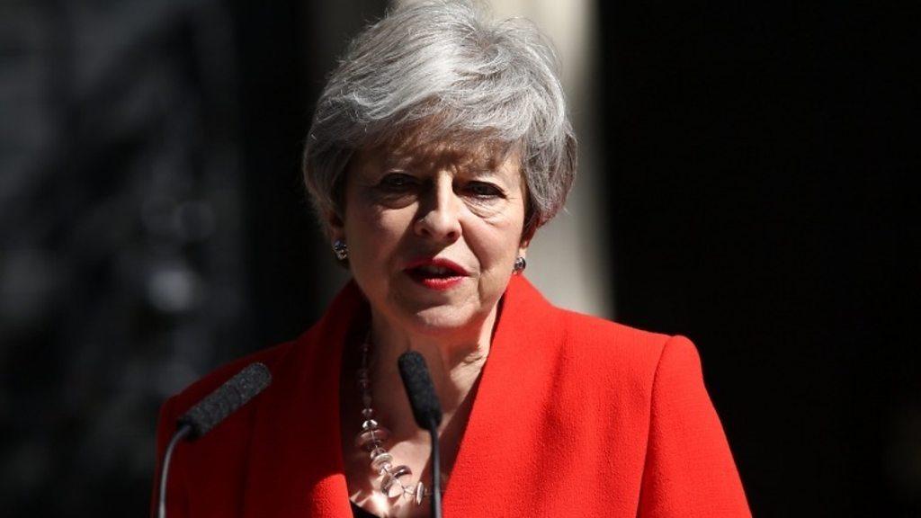 Macron demande la clarté du Brexit après la démission de mai