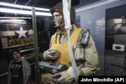 Dans cette photo du vendredi 26 avril 2019, les visiteurs parcourent les présentoirs du jour J au Musée national de l'armée de l'air américaine, à Dayton, dans l'Ohio.