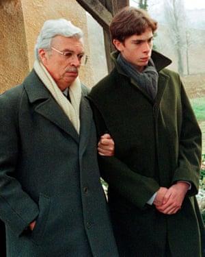 Daniel Toscan du Plantier assiste aux funérailles de son épouse Sophie avec son fils Pierre-Louis à Mauvezin, près de Toulouse, en décembre 1996.