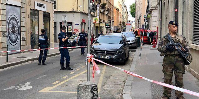 Des soldats français anti-terroristes sécurisent la zone près du site de l'attaque au centre de Lyon vendredi.