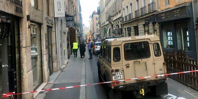 Un véhicule appartenant à des enquêteurs français anti-terroristes à proximité du site de l'attaque au centre de Lyon vendredi.