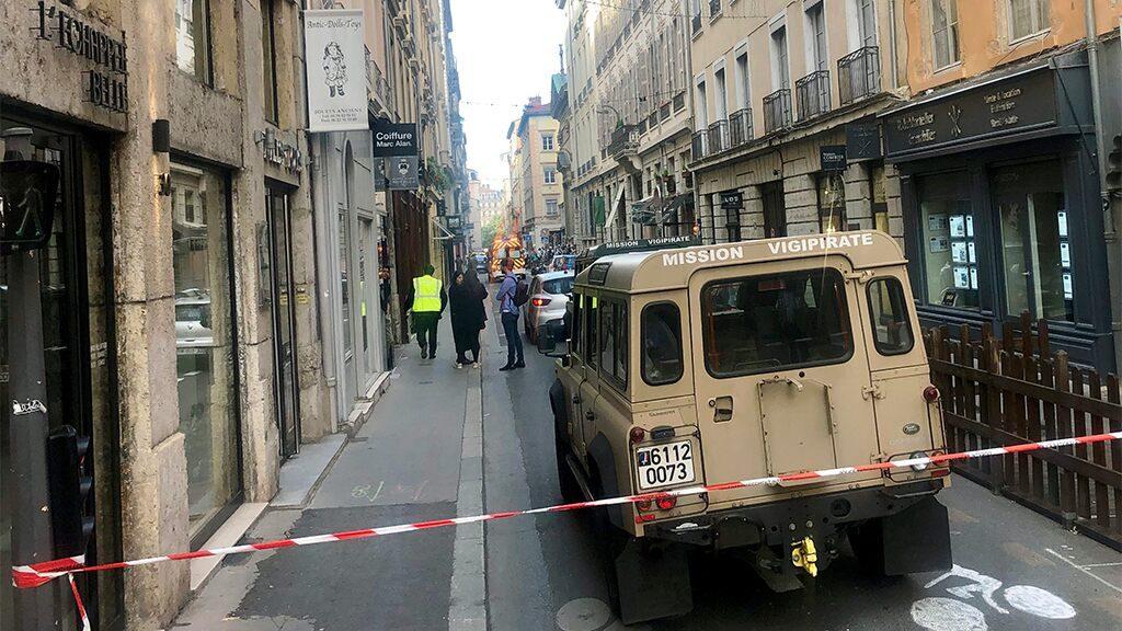 La police française chasse un homme qui a placé un engin explosif à Lyon et publie des photos de surveillance