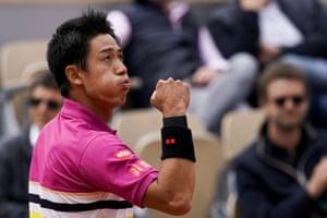 Nishikori passe à travers, battant Tsonga 4-6, 6-4, 6-4, 6-4.
