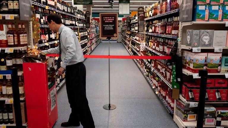 Le directeur du supermarché Casino de l'avenue Garibaldi à Lyon, Robert How Son Chong, ferme la section des boissons alcoolisées le 15 mars 2019. Les heures d'ouverture y sont ouvertes 24h / 24 et 7 jours sur 7 et un décret du préfet interdit la vente. d'alcool de 21h30 à 8h30