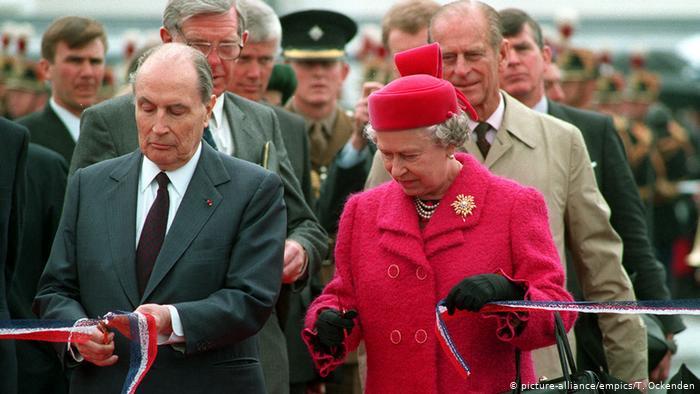 La reine Elizabeth II et le président français François Mitterrand ont coupé le ruban lors de la cérémonie d'ouverture du tunnel sous la Manche (picture-alliance / empics / T. Ockenden)