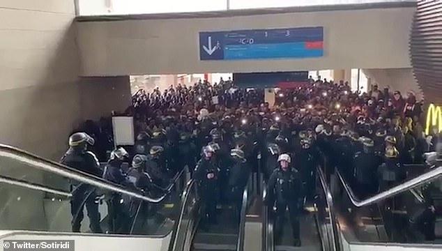 Quelque 500 immigrés sans papiers ont occupé le terminal 2 de Charles de Gaulle hier, exigeant de rencontrer des représentants d'Air France