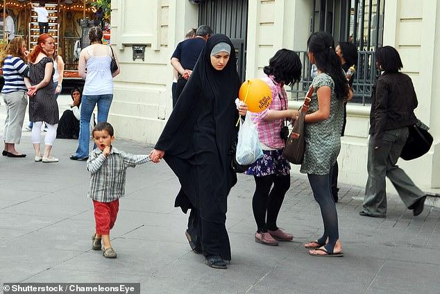 Le Sénat français a voté en faveur de l'interdiction du port du foulard lors de l'accompagnement d'enfants lors de voyages scolaires (stock)