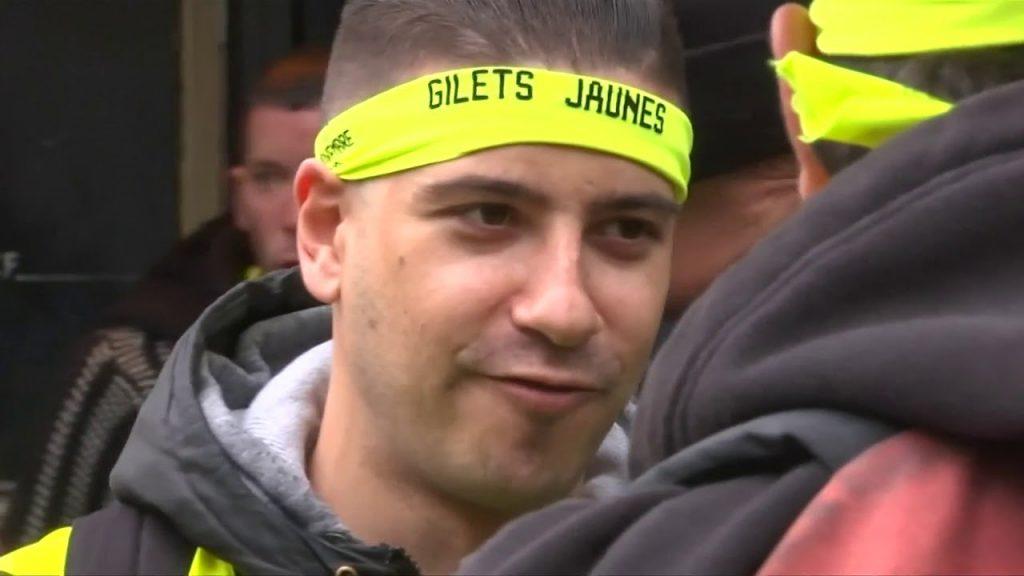"""Les stars françaises remettent leurs """"gilets jaunes"""" alors que les manifestants reprennent leur marche, Europe News & Top Stories"""