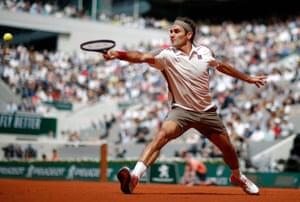 Federer prend le premier set 6-4.
