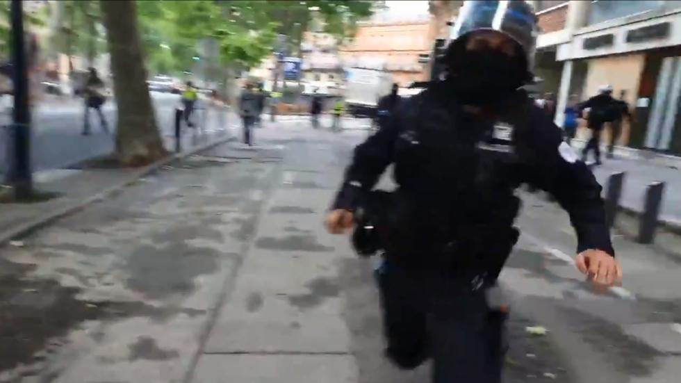 Un journaliste de RT France frappé par un policier alors qu'il filmait la manifestation des vestes jaunes - RT World News