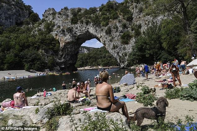 L'alcool est banni des gorges du sud de la France cet été parce que les randonneurs et les campeurs ont causé trop d'accidents