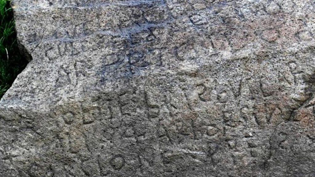 Un village offre une récompense à quiconque peut déchiffrer une inscription rock 'mystère'