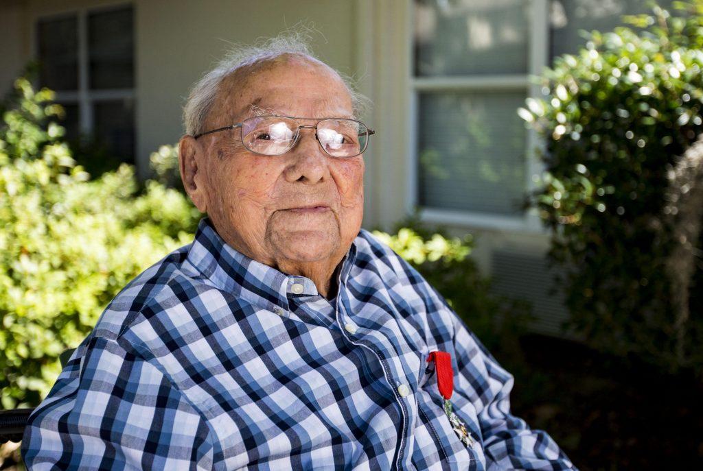 Vétérinaire français de 104 ans récompensé pour son service militaire dans la Seconde Guerre mondiale - Actualités - Gainesville Sun