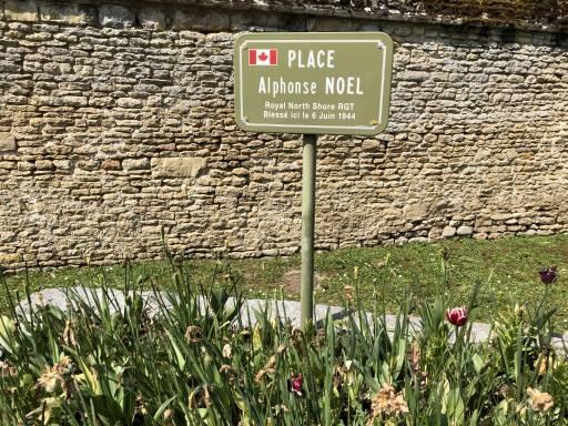 Ce coin de rue à Tailleville, en Normandie, porte le nom du Canadien Alphonse Noel du régiment de la Côte-Nord, qui a été blessé à la suite de l'invasion du jour J en juin 1944.