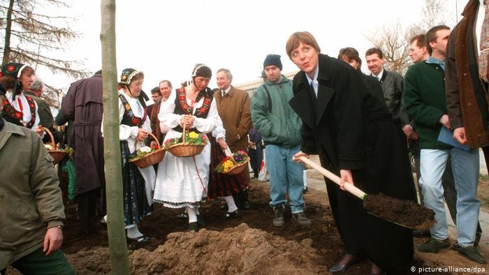 Merkel plante le premier des 1 000 arbres du Mecklenberg