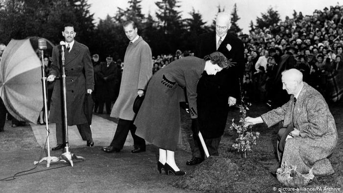 La princesse Elizabeth plantant un arbre à Vancouver