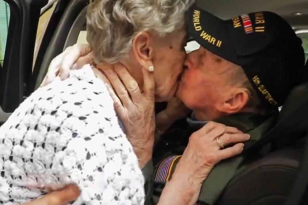 Un soldat américain embrasse une française rencontrée lors de la Seconde guerre mondiale et déclare «il l'aima toujours» à l'occasion du 75e anniversaire du jour J - The Sun