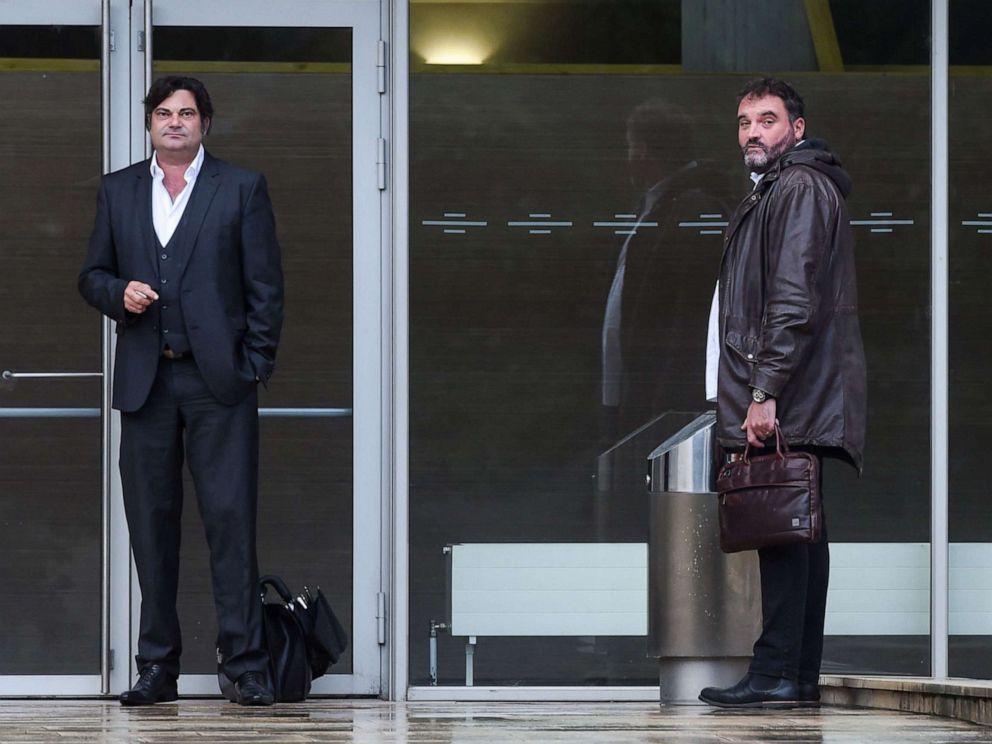 PHOTO: Frédéric Pechier, à droite, et son avocat, Randall Schwerdorffer, à gauche, se tiennent devant le tribunal de Besançon, à Paris, le 12 juin 2019.