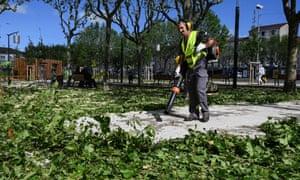 Un ouvrier efface les feuilles