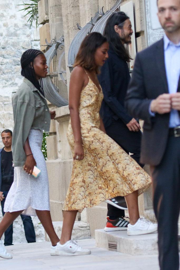 Sasha Obama, street style, avignon, france, robe en peau de serpent, baskets uniformes blanches,