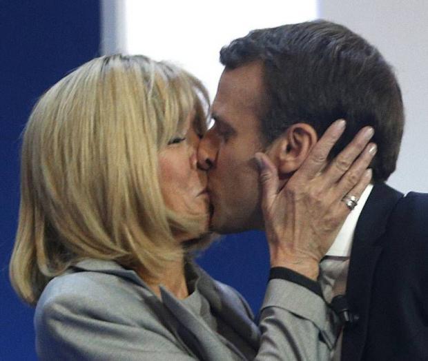 HeraldScotland: Passionné: Emmanuel Macron, candidat à la présidence du parti centriste français, embrasse sa femme Brigitte
