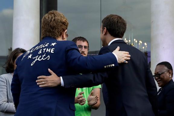 Le 21 juin 2019, le président français Emmanuel Macron (à droite) et l'auteur-compositeur-interprète britannique Elton John s'embrassent devant un public enthousiaste dans la cour de l'Elysée