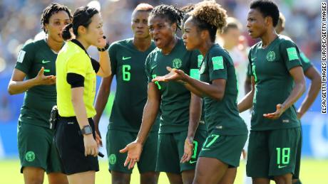 Les joueurs nigérians affrontent Yoshimi Yamashita après que l'arbitre a accordé un pénalty à Allemagne.