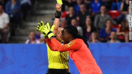 Le gardien nigérian Nnadozie réagit alors que l'arbitre hondurienne Melissa Borjas décide que la France peut reprendre le tir au but.