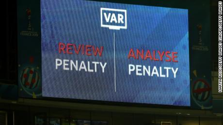 Un écran à LED indique qu'une révision VAR est en place suite à une décision de pénalité lors de la Coupe du monde féminine.